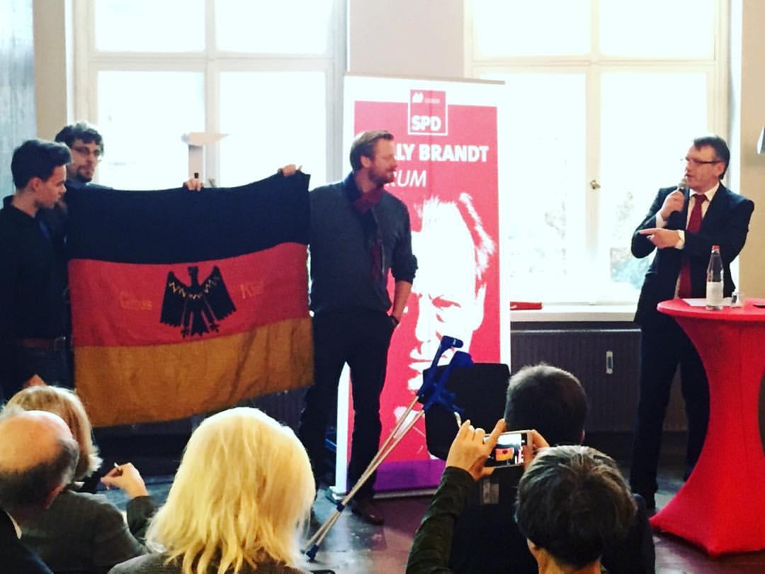 """Die wiederentdeckte Fahne des """"Reichbanner Groß-Kiel"""" auf einer Veranstaltung der SPD Lübeck."""