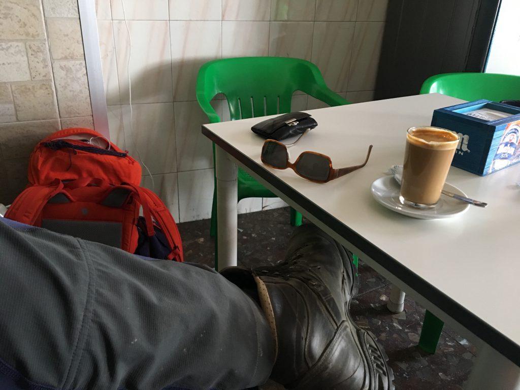 Ein Bild, das drinnen, Tisch, sitzend, grün enthält.  Automatisch generierte Beschreibung