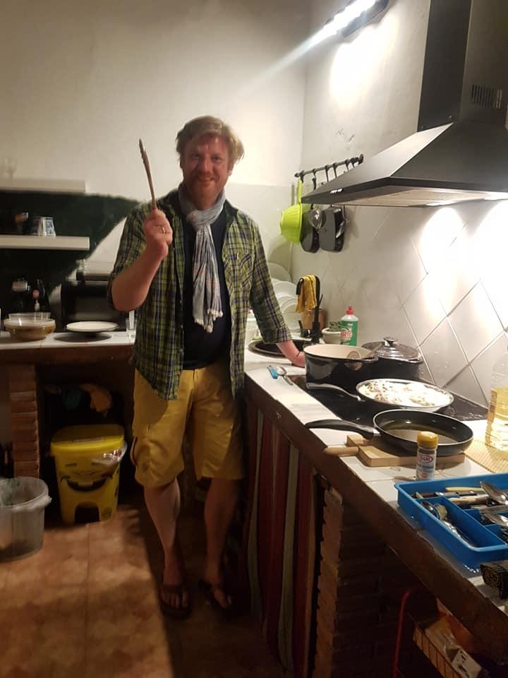 Ein Bild, das drinnen, Küche, Person, Mann enthält.  Automatisch generierte Beschreibung