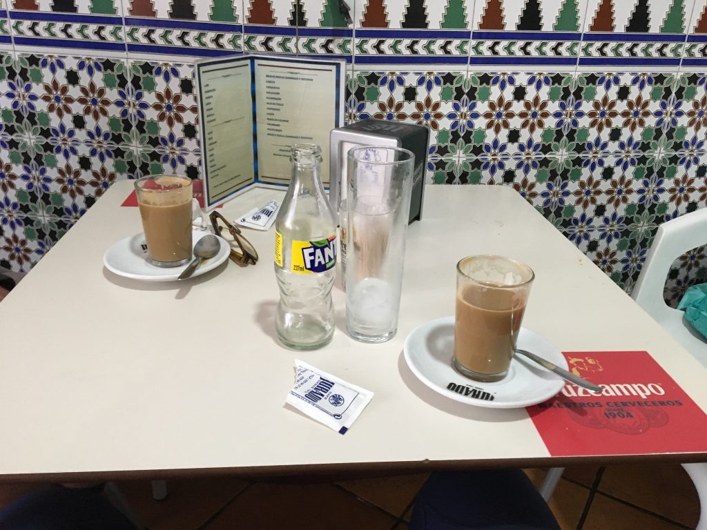 Ein Bild, das Tisch, drinnen, Tasse, Kaffee enthält.  Automatisch generierte Beschreibung