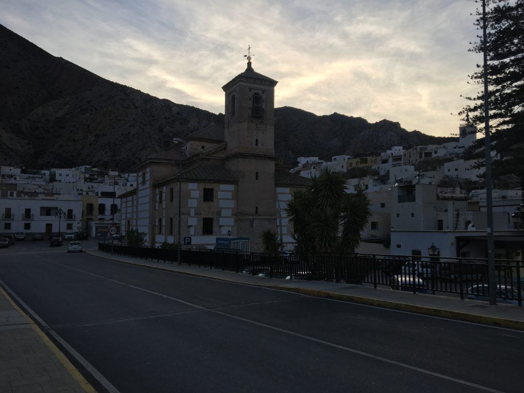 Ein Bild, das draußen, Straße, Ansicht, Uhr enthält.  Automatisch generierte Beschreibung